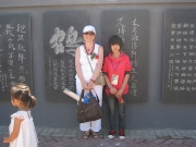 Mo bao yuan - Katia davanti alla sua stele con giovane visitatrice